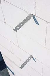 Połączenie ścian działowych z nośnymi wykonuje się na dotyk przy użyciu łączników LP30